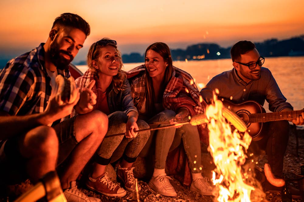 amigos acampando